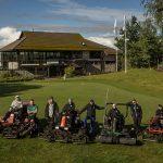 Otepää Golfin henkilökuntaa koneiden äärellä