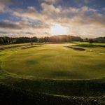 Auringonlasku golfkentän yöllä