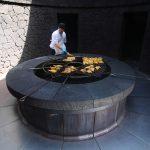 Mies grillaa ruokaa suuressa pyöreässä grillissä, El Diablo