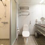 Kylpyhuone suihkulla
