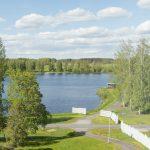 Näkymä järvelle ja kesäiseen luontoon