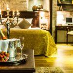 Kuohuviiniä pöydällä, sänky taustalla