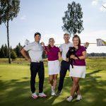 Neljä golfaria poseeraa viheriöllä