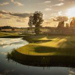 Auringonlasku golfkentällä