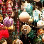 Erivärisiä joulupalloja Wienin joulutorilla