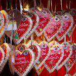 Joulusydämiä monella eri kielellä Wienin joulutorin kojussa