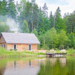 Sauna- ja kylpyrakennus järven rannalla.