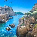 Dubrovnikin kallioita ja kirkasta merivettä
