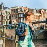 Lapsi sillalla jäätelöllä
