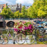 Pyöriä ja kukkia sillalla