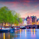 Amsterdamin kanaali iltakuvassa