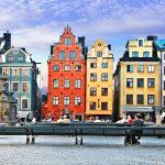 Penkki ja värikkäät talot vanhan kaupungin torilla, Tukholma.