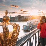 Nainen ottaa kuvaa kultaisesta kruunusta.