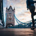 Henkilö juoksee Lontoon Tower Bridgellä.