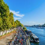 Juoksijoita etenemässä rantakatua, joen toisella puolella Eiffel-torni.