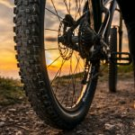 Maastopyörän takarengas lähikuvassa auringonlaskussa.
