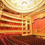 Oopperatalon punaisen ja kullanväristä sisustusta.