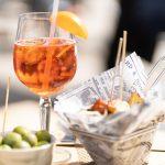 Drinkki ja tapaksia pöydällä