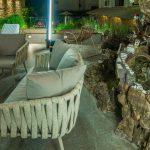 Oleskelualue iltavalaistuksessa, Palmyra Beach Hotel, Glyfada, Kreikka