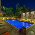 Uima-allas iltavalaistuksessa, Palmyra Beach Hotel, Glyfada, Kreikka