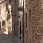 Kapea kivinen kuja, Sitges, Espanja