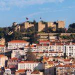 Linnoitus kukkulalla kaupungissa.