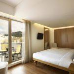 Superior-huone parvekkeella, Titania Hotel, Ateena, Kreikka